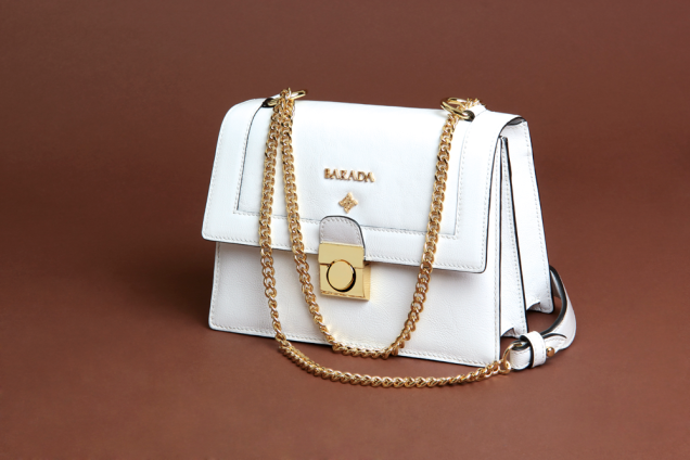 Classic bag type mushroom made with white fine nappa acharolada. Chain and golden pain closure