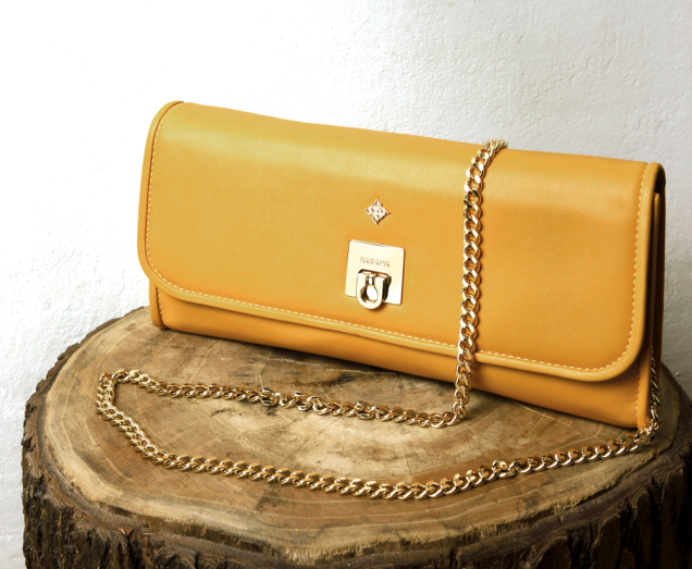 Clutch in yellow napa convertible in shoulder bag. Closure and chain gold color